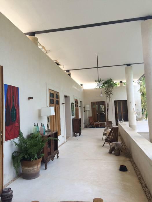 Corridor & hallway by Degetau Arquitectura y Diseño, Tropical