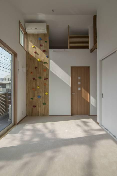 Salas de entretenimiento de estilo moderno de 株式会社エキップ Moderno