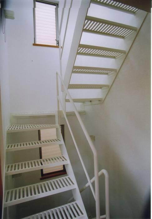Pasillos, vestíbulos y escaleras de estilo moderno de 株式会社 atelier waon Moderno