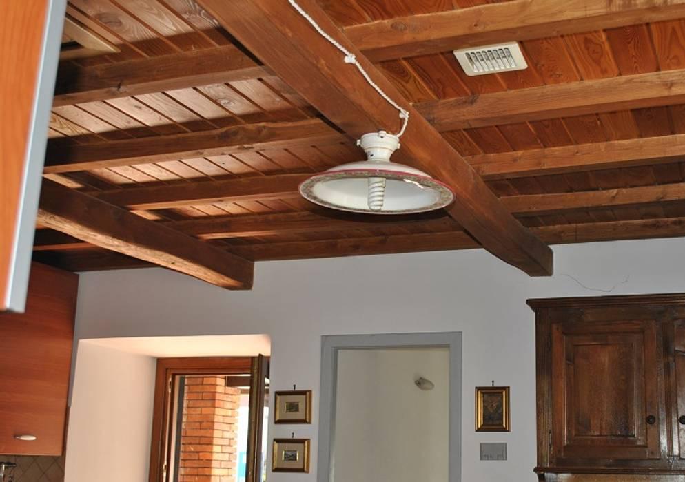 Foto Di Soffitti Con Travi In Legno : Dettaglio soffitto con travi in legno soggiorno in stile di