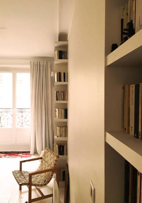 bibliothèques sur mesures: Salon de style  par Agence KP
