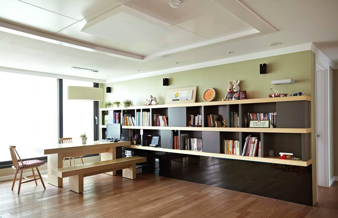 거실을 서재로 서재를 거실로 : housetherapy의  거실,