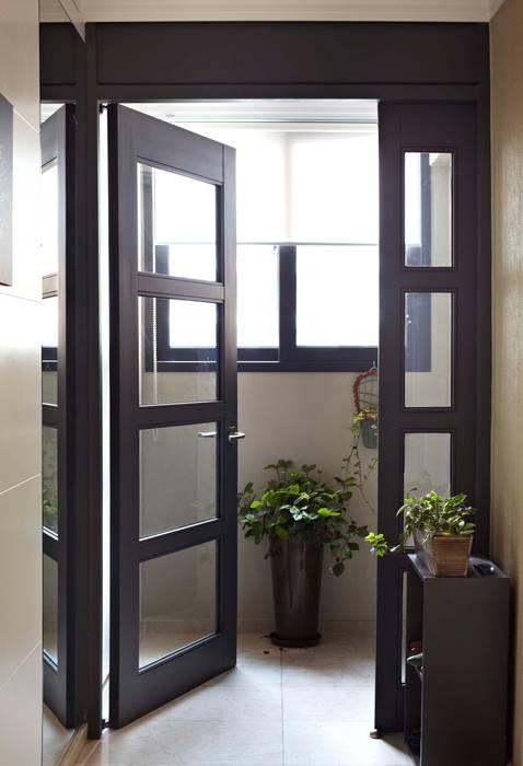거실을 서재로 서재를 거실로 모던스타일 복도, 현관 & 계단 by housetherapy 모던