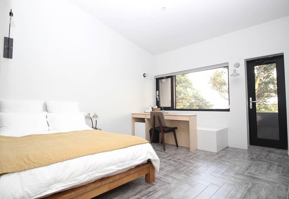 Dormitorios de estilo  de 아키제주 건축사사무소, Moderno