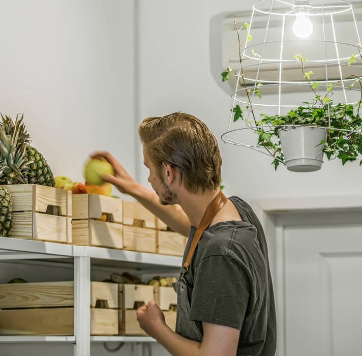 Haka Pure Salad Bar:  Gastronomie door Design Studio Nu, Industrieel Massief hout Bont