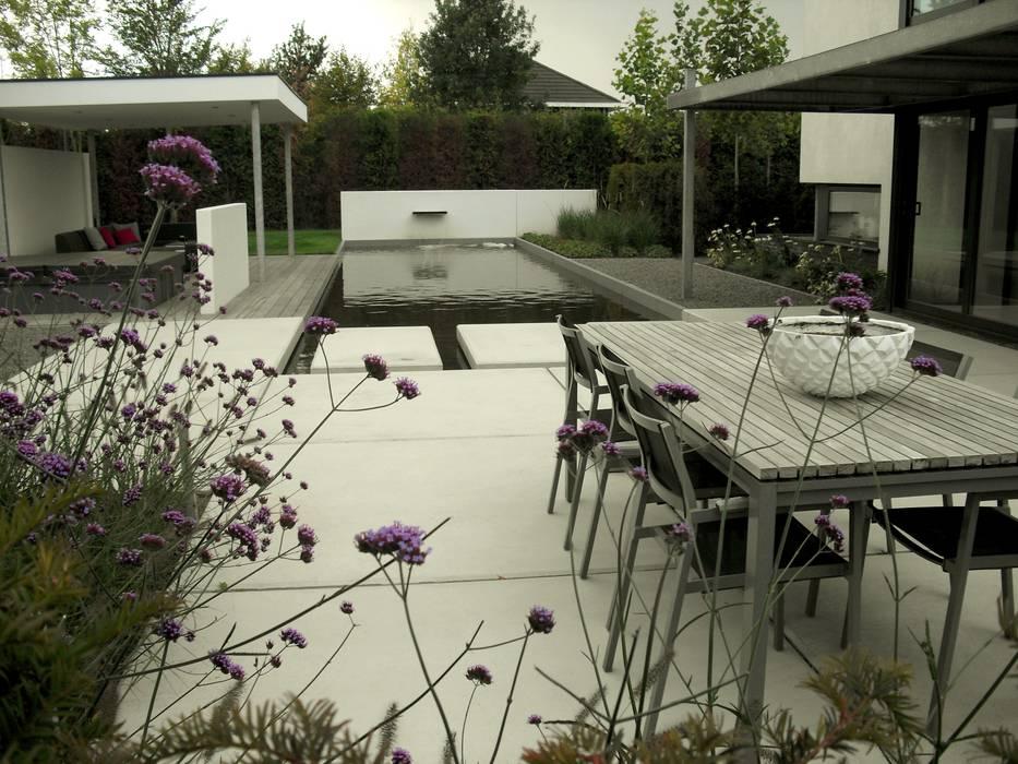 Grote vijver met betonplaten Moderne tuinen van Stoop Tuinen Modern