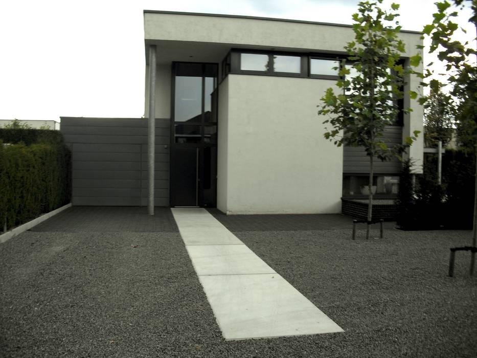 Focus op de entree:  Tuin door Stoop Tuinen, Modern