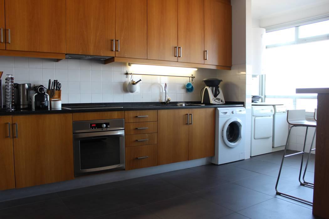 Antes e depois num apartamento em Aveiro Cozinhas modernas por Casa do Páteo Moderno