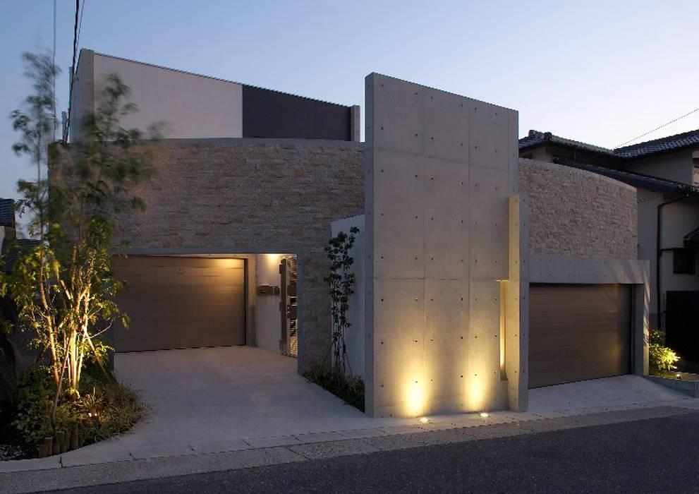 外観夜景: 林泰介建築研究所が手掛けた家です。,モダン 石