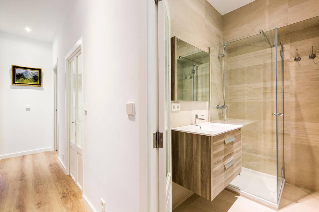 現代浴室設計點子、靈感&圖片 根據 ISLABAU constructora 現代風