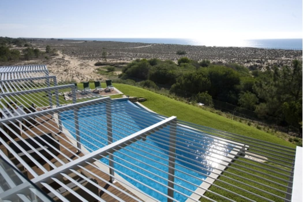Beach front modern residential holiday home designSTUDIO - Lopes da Silva Modern pool