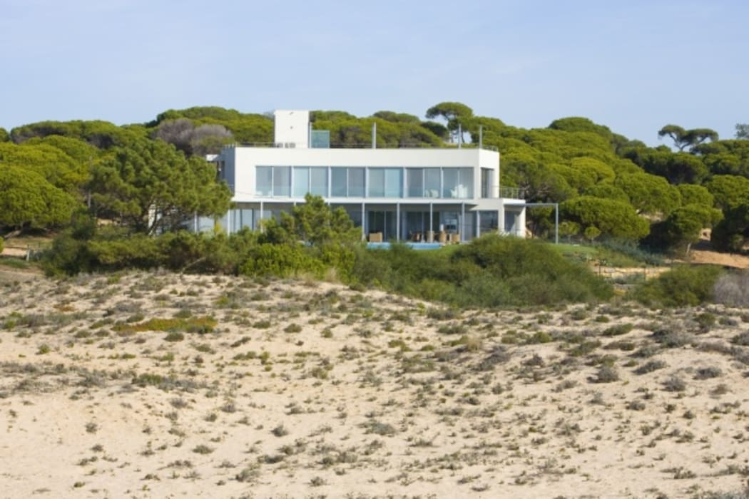 Beach front modern residential holiday home designSTUDIO - Lopes da Silva Modern houses