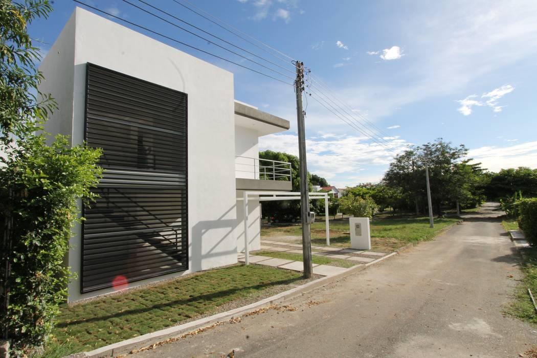 Fachada principal Alzatto Arquitectos Casas modernas Blanco