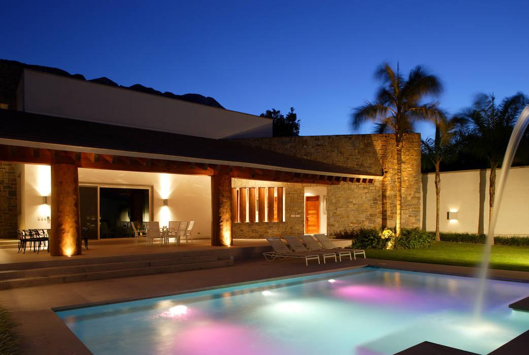 Portico Arquitectura + Construcción Colonial style pool