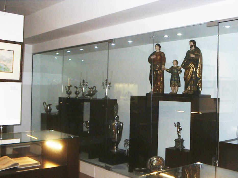 Vitrine com Cubos Museus modernos por mr maria regina de mello vianna arquitetura e interiores Moderno