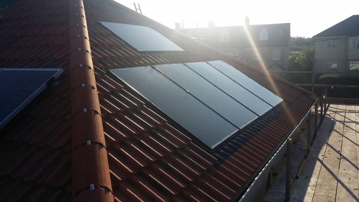 Solar Installations Casas de estilo ecléctico de Energy Installs Ecléctico