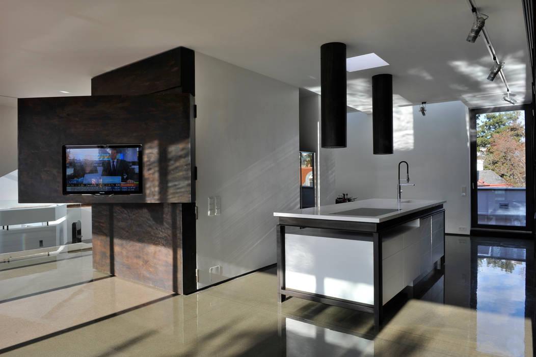 Art box loft: minimalistische küche von architekt zoran bodrozic