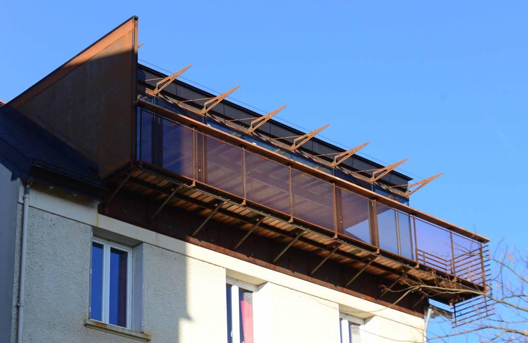GREFFE SUR L'EXISTANT: Terrasse de style  par yann péron architecte