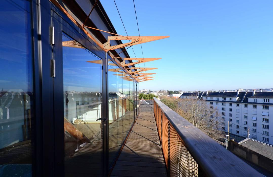 VUE SUR LE BALCON/COURSIVE: Terrasse de style  par yann péron architecte