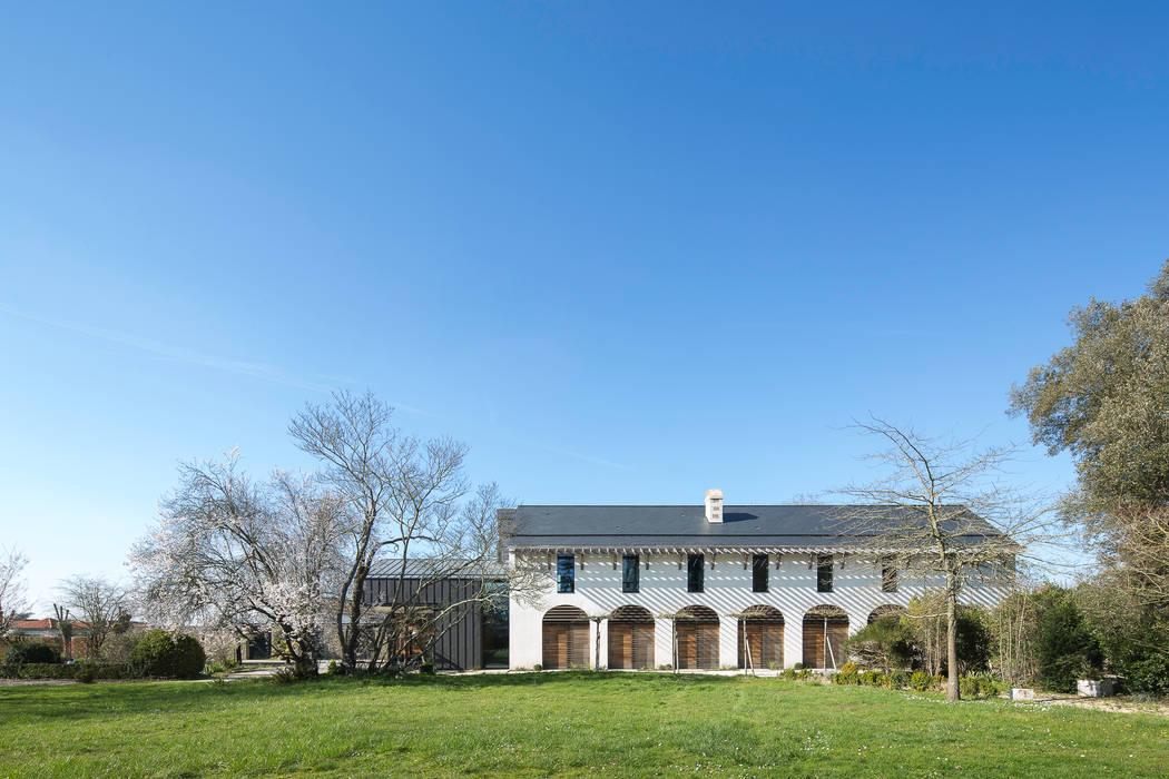 VUE DEPUIS LE JARDIN: Maisons de style de style Moderne par yann péron architecte