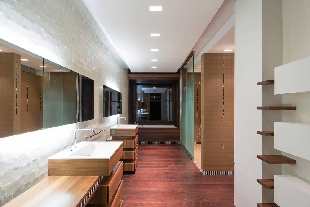 SDB PRINCIPALE: Salle de bains de style  par yann péron architecte