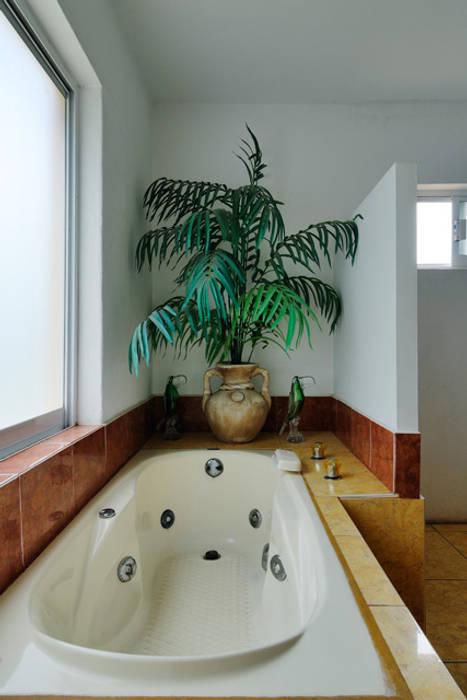 Tina de hidromasaje: Spa de estilo  por Excelencia en Diseño