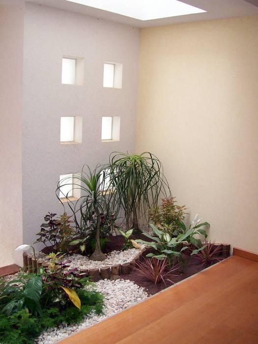Pasillos, vestíbulos y escaleras de estilo moderno de CouturierStudio Moderno