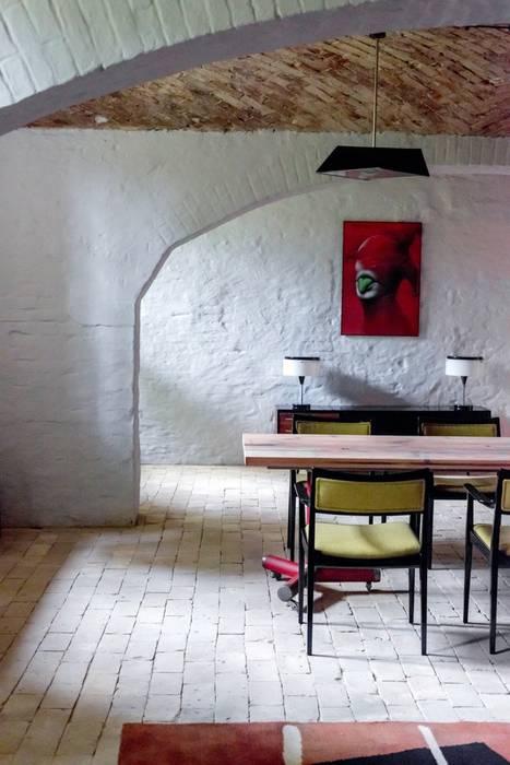 Столовая комната в эклектичном стиле от Loft Kolasiński Эклектичный Натуральное волокно Бежевый