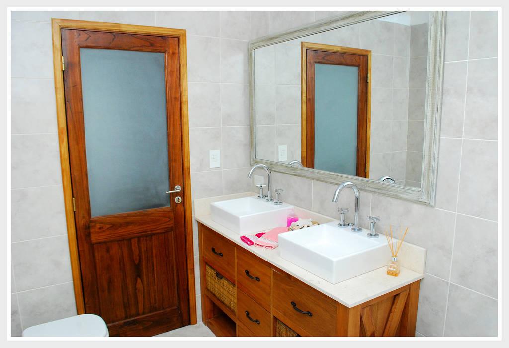 Modern style bathrooms by Silvana Valerio Modern