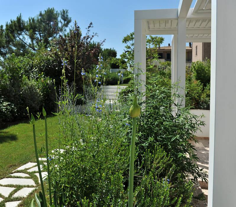 Emozioni in bianco giardino in stile in stile moderno di for Decorazione giardini stile 700