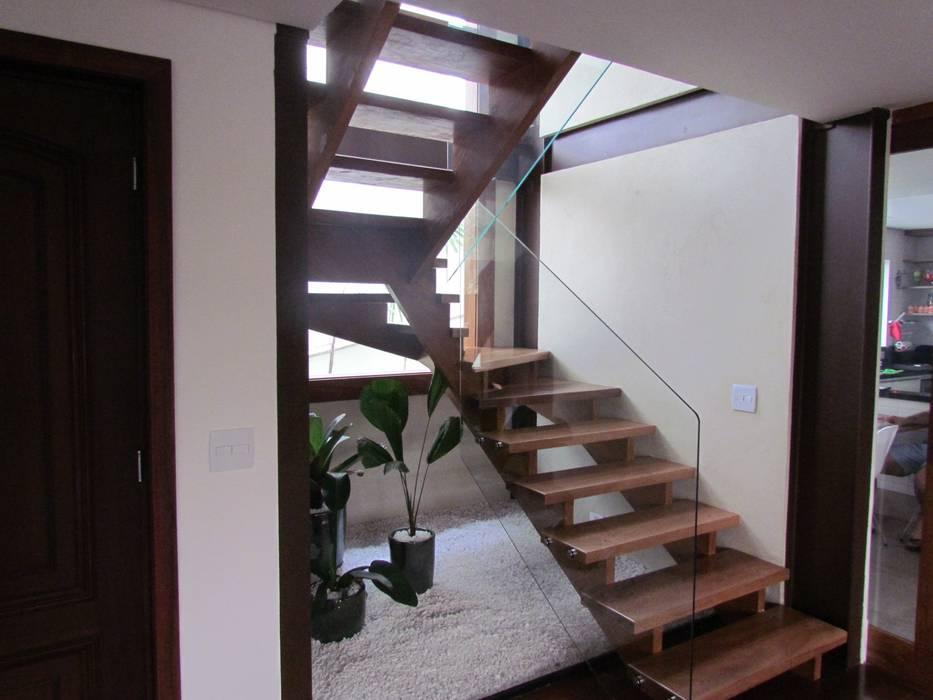 Ana Donadio Arquitetura Pasillos, vestíbulos y escaleras de estilo moderno