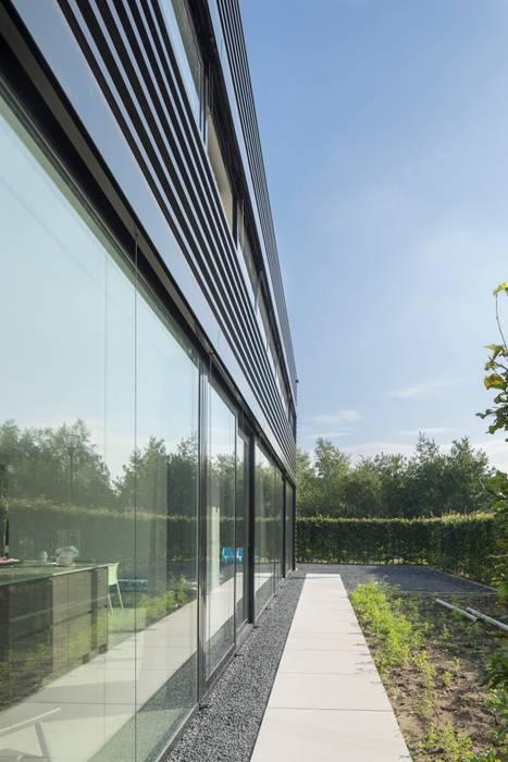 Ontwerp vrijstaand woonhuis particulier :  Huizen door JMW architecten, Industrieel Glas