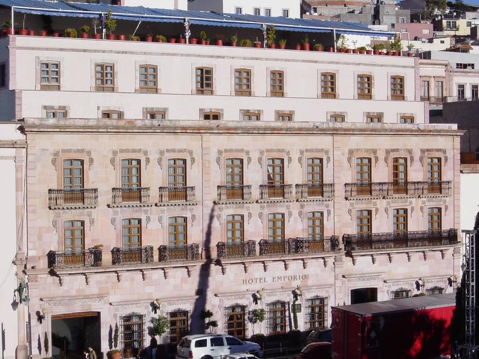 Fachada exterior después de la remodelación: Casas de estilo colonial por Windlock - soluciones sustentables