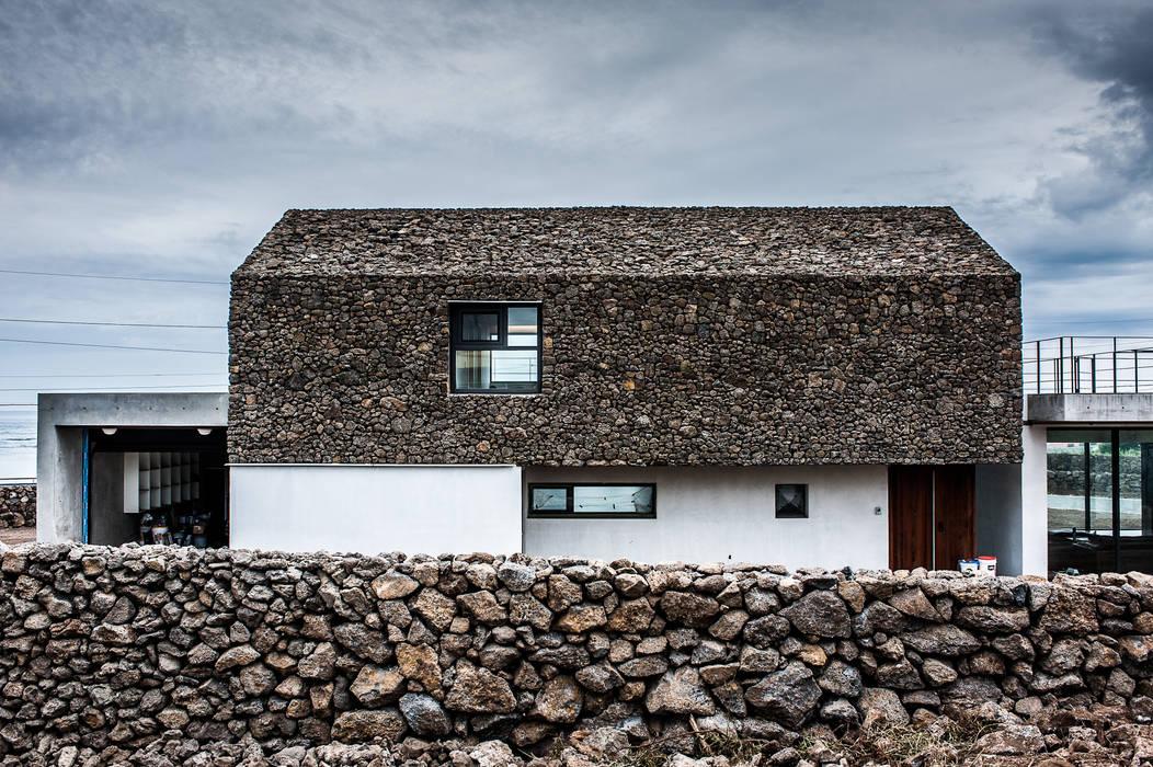 Casas  por ZeroLimitsArchitects , Moderno