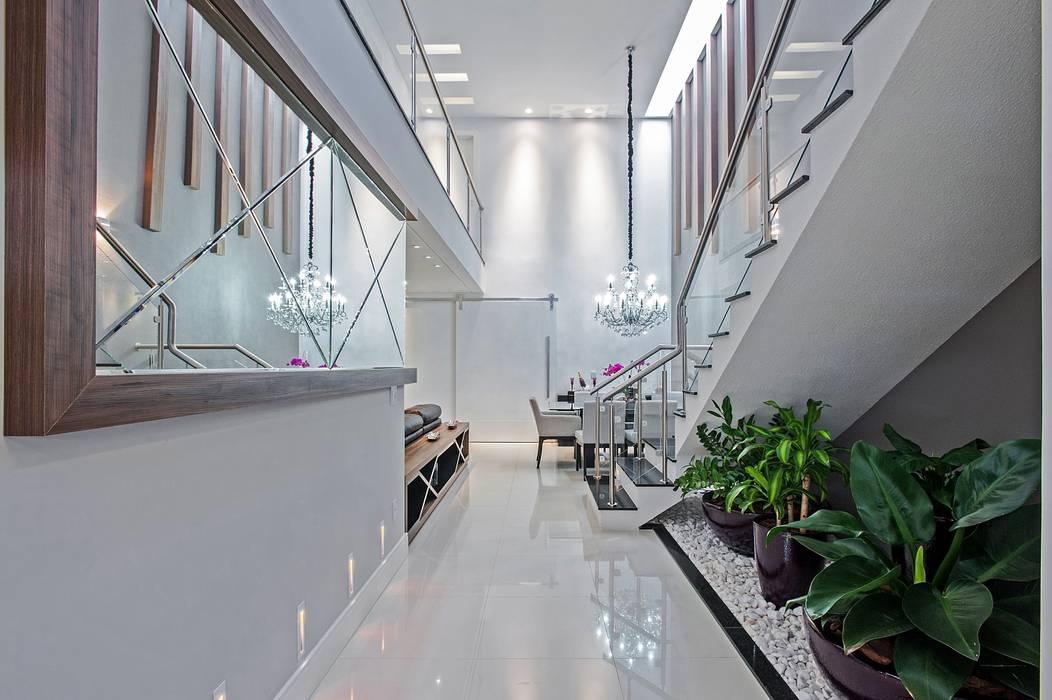 Couloir, entrée, escaliers modernes par Patrícia Azoni Arquitetura + Arte & Design Moderne