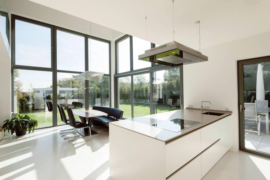 Küche mit essbereich und gartenzugang moderne esszimmer von ...