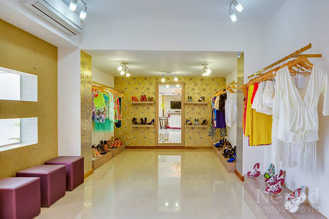 41f15610615d Loja De Roupas Feminina: Espaços comerciais por Letícia Bowoniuk  Arquitetura e Interiores