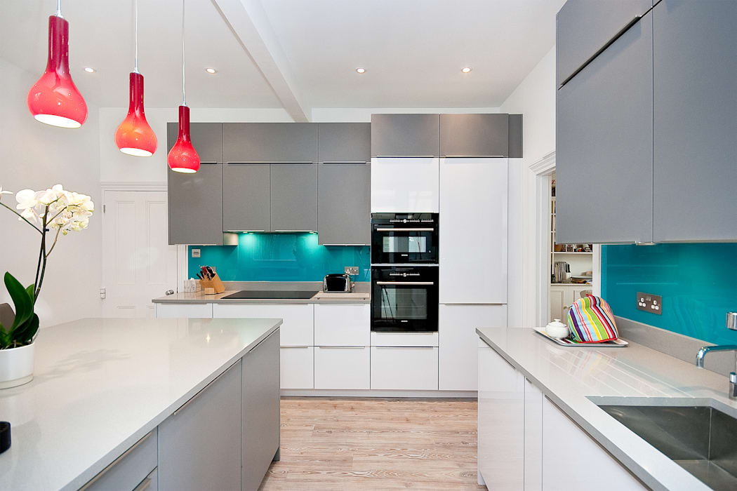 White and Grey - Turqoise adds a bit of spice Cuisine moderne par Kitchen Co-Ordnation Moderne Granite