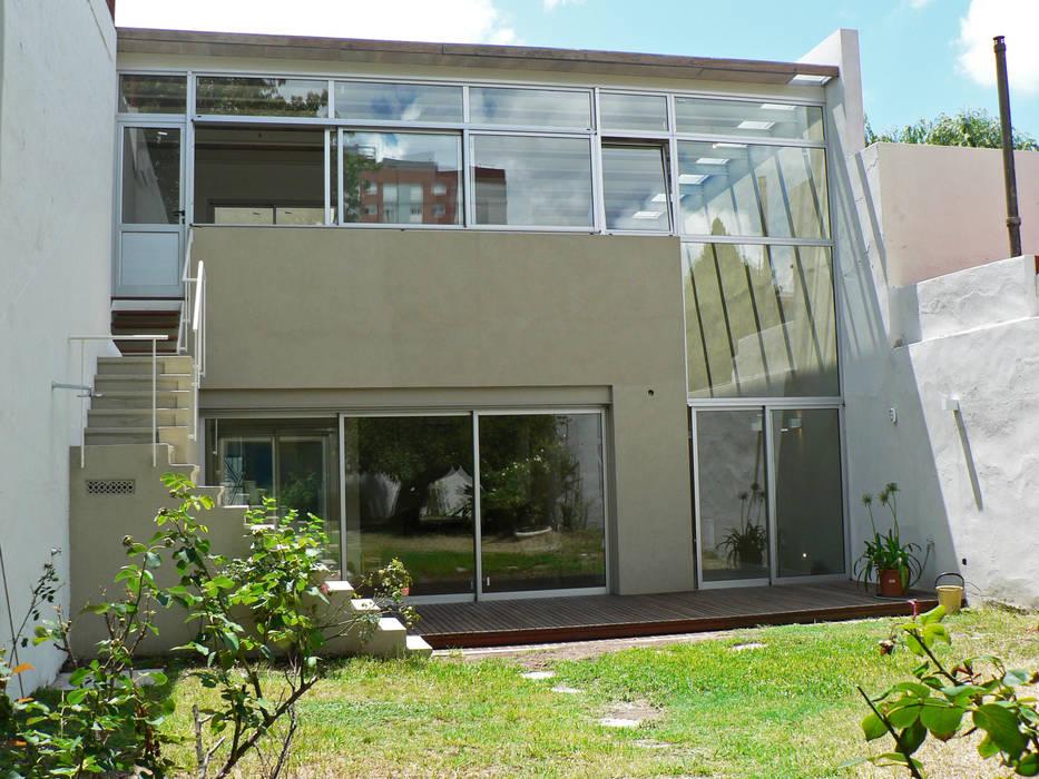 モダンな 家 の Paula Mariasch - Juana Grichener - Iris Grosserohde Arquitectura モダン