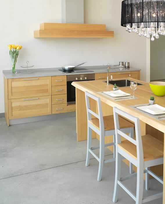 Cucina con isola polifunzionale: Cucina in stile  di LA BOTTEGA DEL FALEGNAME,