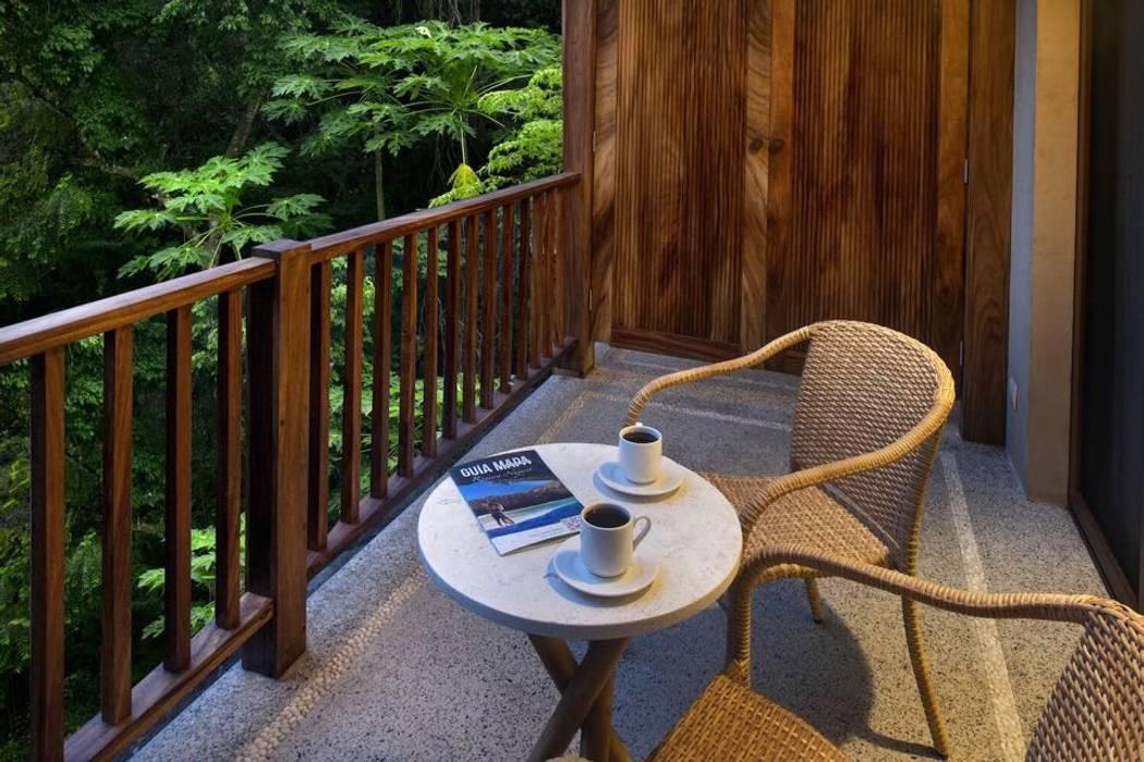 Balkon, Beranda & Teras Tropis Oleh BR ARQUITECTOS Tropis Kayu Wood effect