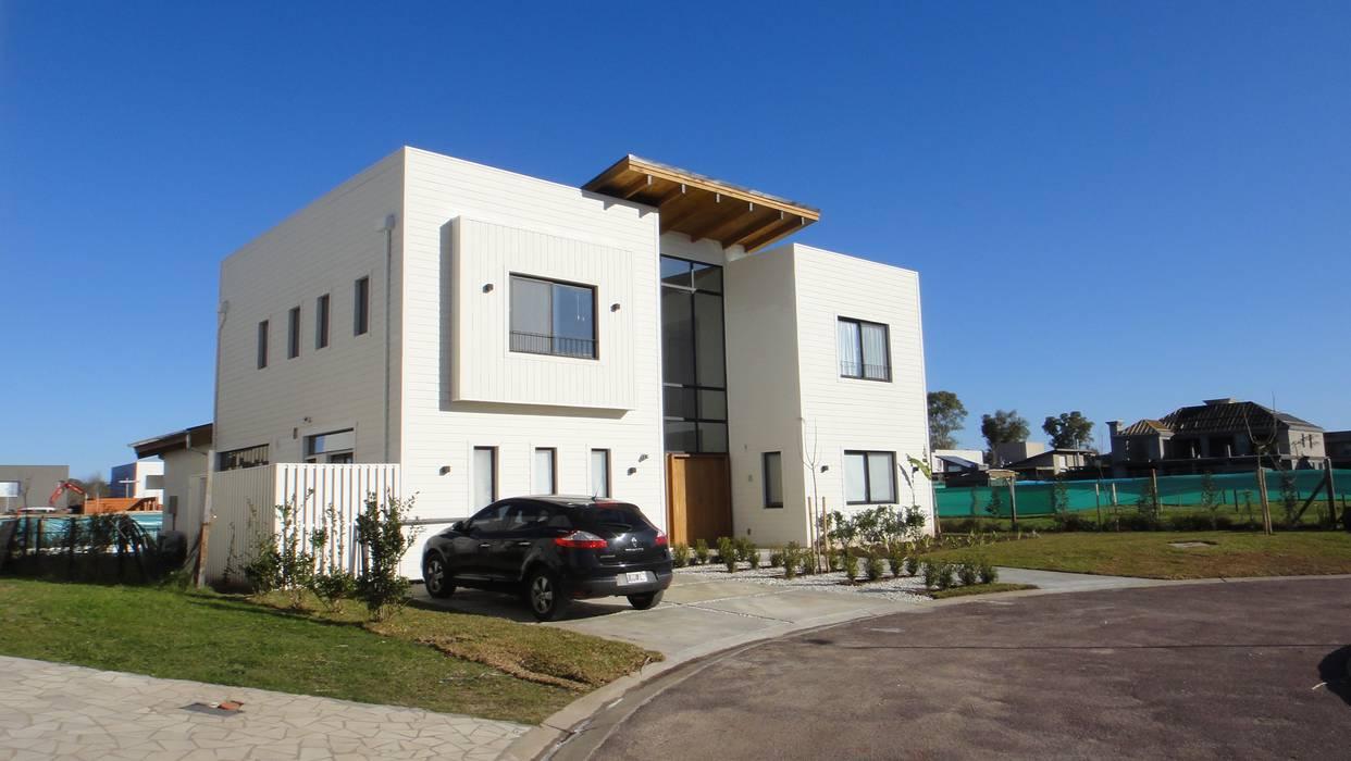 Fachada principal: Casas de estilo  por 2424 ARQUITECTURA