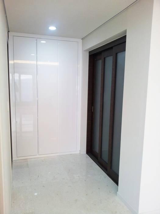 AAG architecten Modern corridor, hallway & stairs