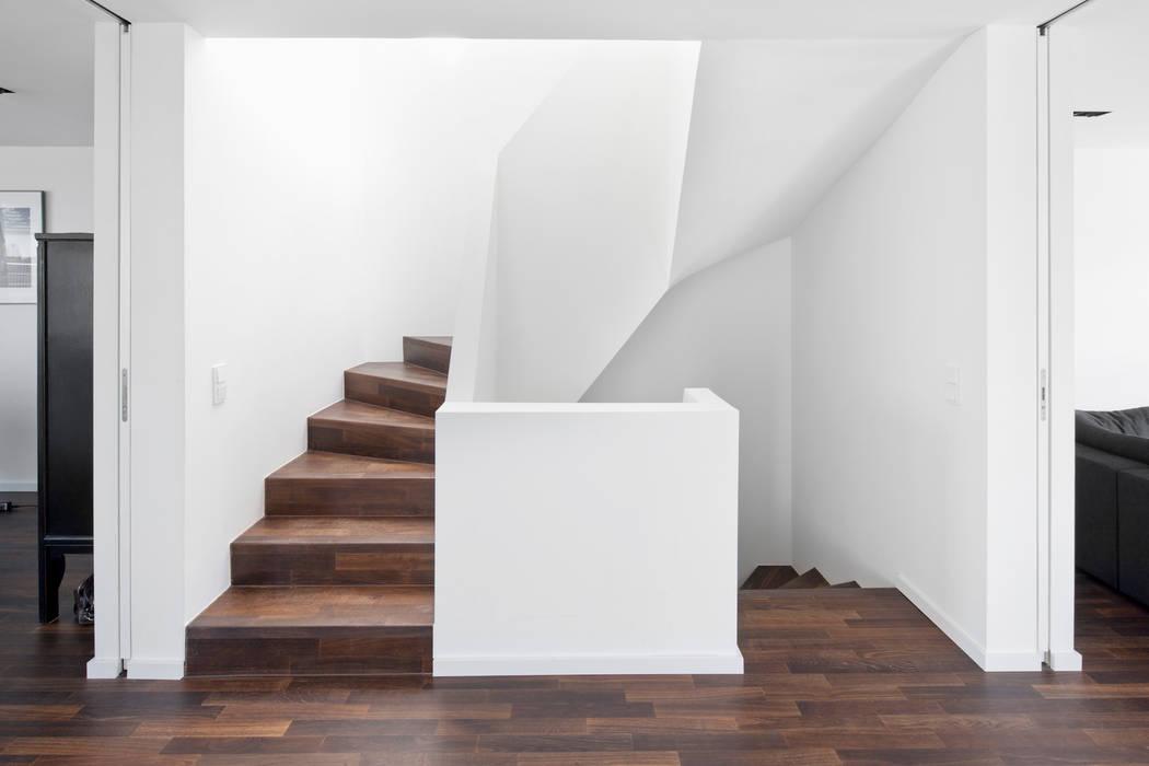 現代風玄關、走廊與階梯 根據 Corneille Uedingslohmann Architekten 現代風