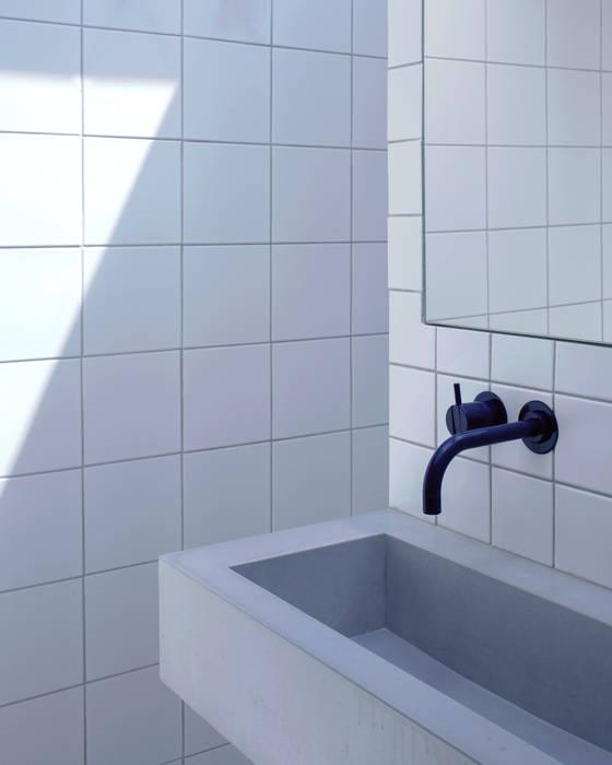Balham: Salle de bains de style  par Concrete LCDA
