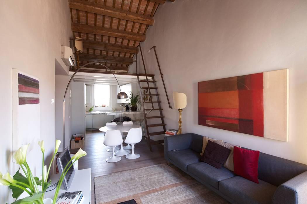 Il soggiorno e la cucina: Soggiorno in stile in stile Moderno di cristina mecatti interior design