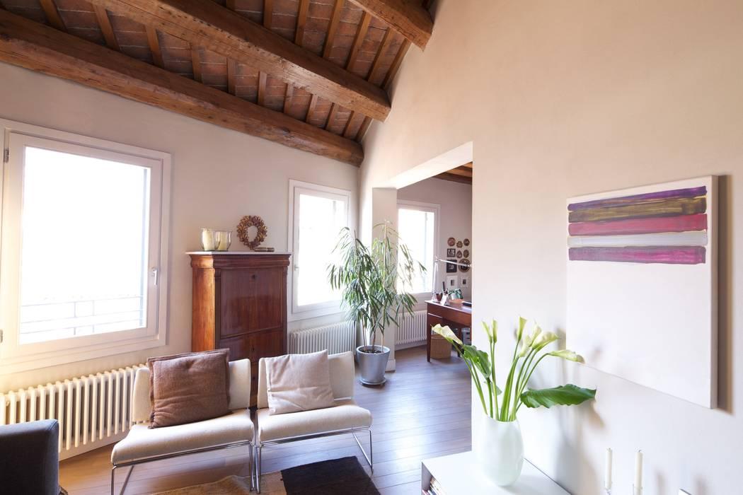 Il soggiorno: Soggiorno in stile  di cristina mecatti interior design