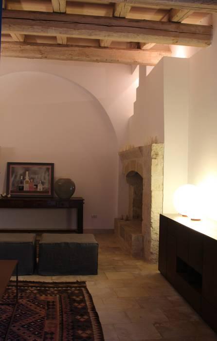 Il soggiorno: Soggiorno in stile in stile Mediterraneo di cristina mecatti interior design