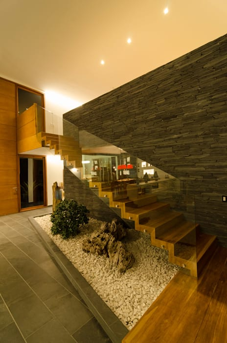 escalera Pasillos, halls y escaleras tropicales de PLANTA BAJA ESTUDIO DE ARQUITECTURA Tropical