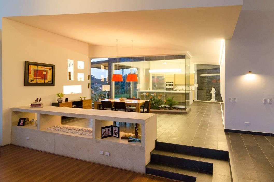 CASA ENTREJARDINES Pasillos, vestíbulos y escaleras de estilo tropical de PLANTA BAJA ESTUDIO DE ARQUITECTURA Tropical